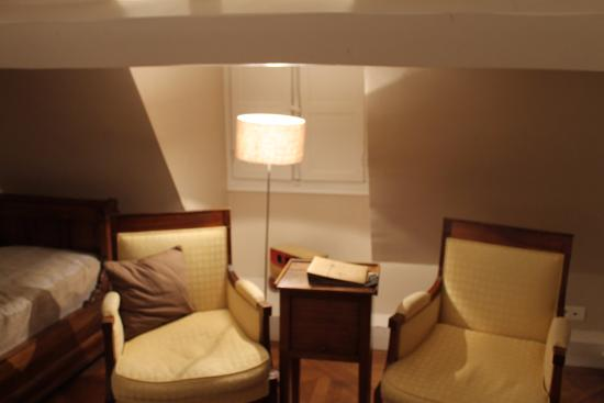 Chateau de Nazelles Amboise: Seating area in our room