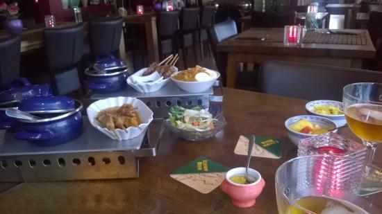 Jakarta Going: Pannetjes vol lekker eten.