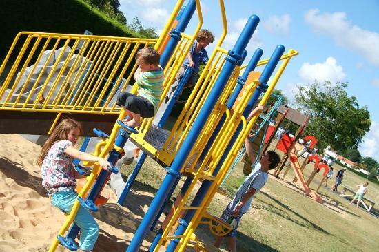 Camping Logis du Breuil : Enfants aire de jeux / Children in the playground area