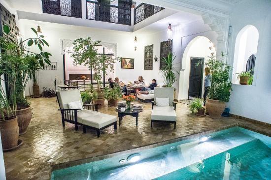 Salon th piscine int rieure picture of riad danka - Piscine interieure maison prix ...