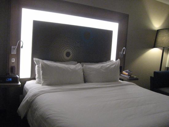 t te de lit lumineuse n on lit king size chambre single picture of novotel new york. Black Bedroom Furniture Sets. Home Design Ideas