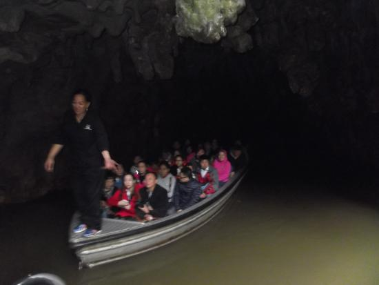 Waitomo Glowworm Caves: boat ride
