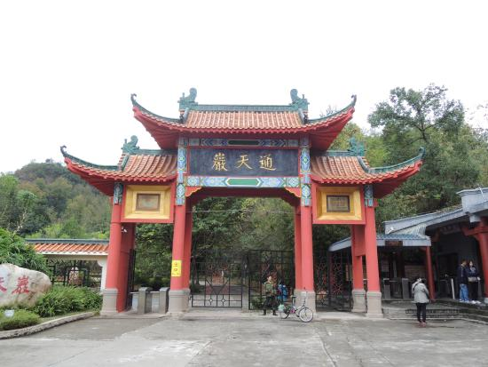 Tongtian Cave Scenic Resort: main entrance to caves