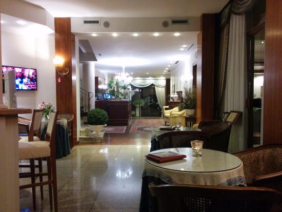 Hotel 4 Stagioni: Blick von der Bar zu Rezeption und Ausgang