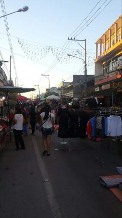 San kamphang Saturday walking street market