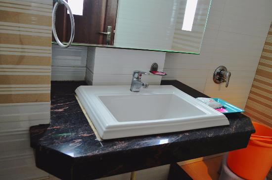 Hotel Namaskar Residency: Bathroom Fittings