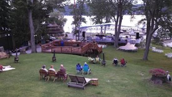 Richfield Springs, estado de Nueva York: view form the lake house deck to the lake.