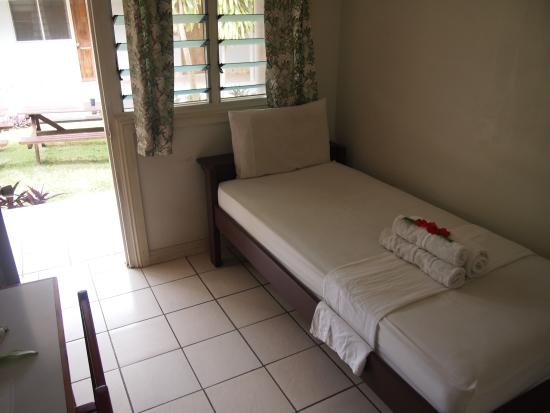 Tropicana Motel & Backpackers: cozy bed room