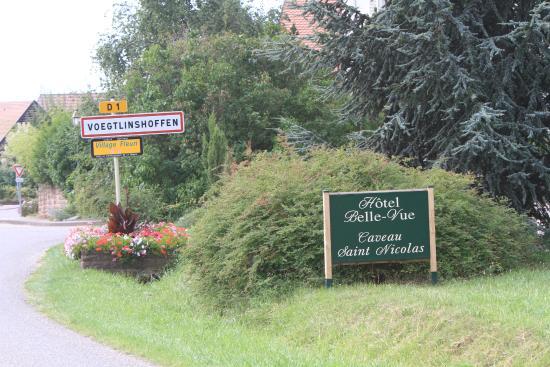 Hôtel Belle Vue: entrée à droite pour l'hôtel