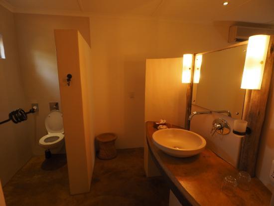 Afrikhaya Guest House: badkamer