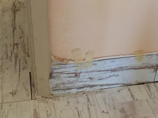 Muffa nel bagno e ruggine dalle tubature - Picture of Promenade ...