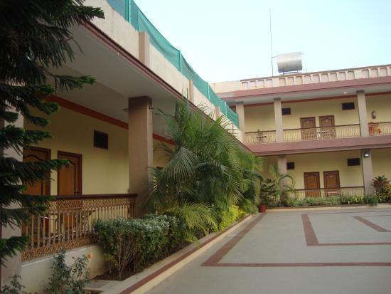 Rasal Beach Resort & Vista Rooms : resort building and central ground