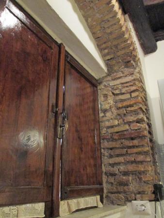 B&B Ventisei Scalini a Trastevere: Shuttered window in kitchen