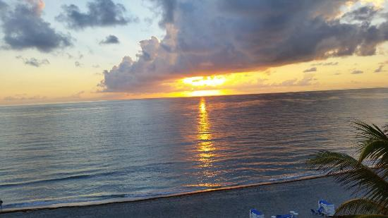 Highland Beach, FL: Sunrise from oceanfront room 546