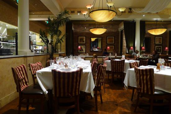 BRIO Tuscan Grill: The dining area