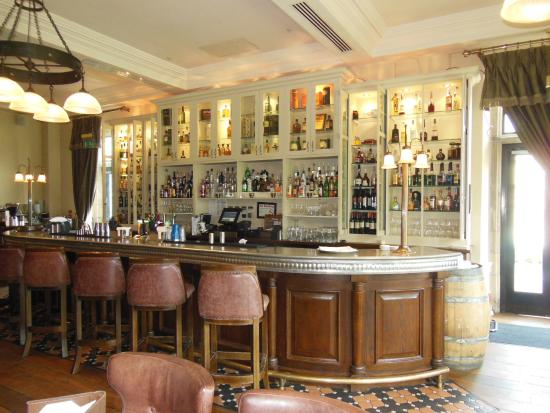 Donegal Town, أيرلندا: The bar on the main floor of the hotel