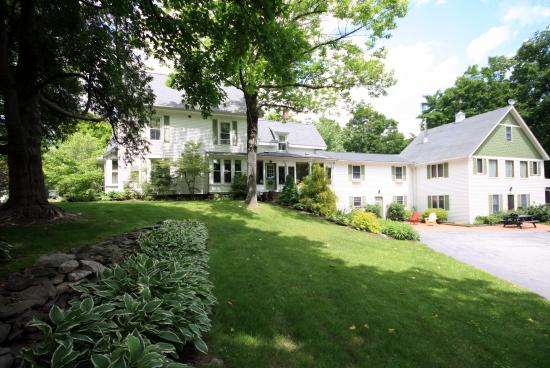 White Cedar Inn Bed and Breakfast: Relax on the one acre grounds.