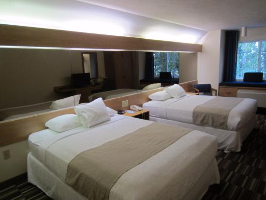 Microtel Inn & Suites by Wyndham Anchorage Airport: 2 queen beds