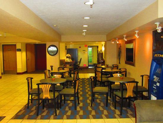 Microtel Inn & Suites by Wyndham Anchorage Airport: Breakfast lobby