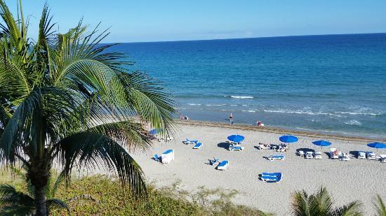 منتجع ديلراي ساندس: View of the beautiful beach from oceanfront room 546