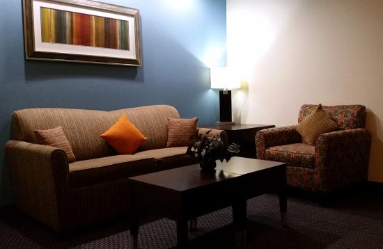 SpringHill Suites Waco Woodway: Sitting room with flat screen TV.