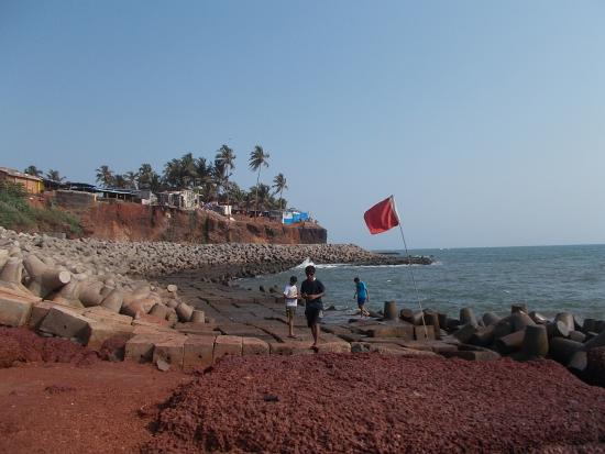 Anjunapalms Guesthouse: Below the cliff near the Guesthouse with a red flag for no swimming