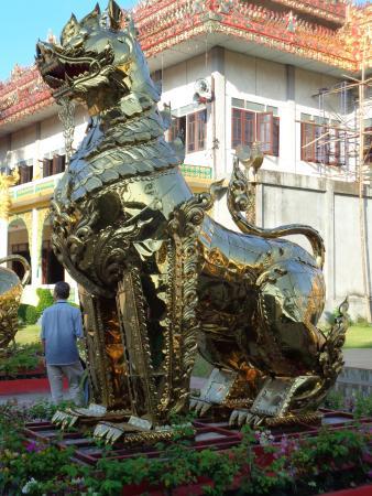 Wat Thai Wattanaram: Huge Guardian Lion
