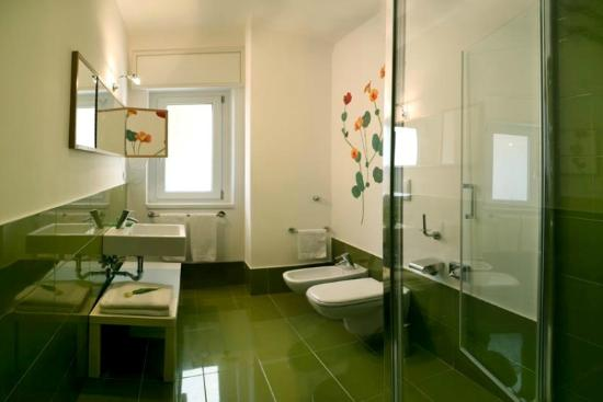 Emily Suites: Green bathroom.
