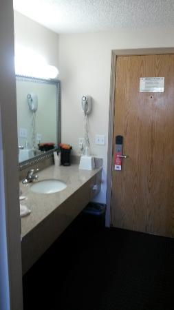 Econo Lodge Inn & Suites: Waschtisch am Eingang