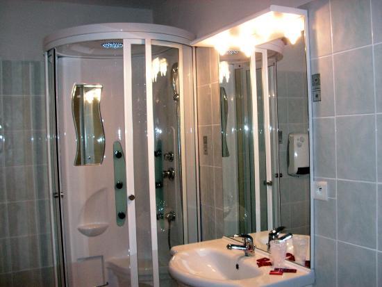 Lacrouzette, Frankrig: l'une des salles de bain