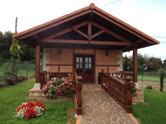 Edificio del comedor y jard n fotograf a de posada gema for Posada el jardin santillana del mar