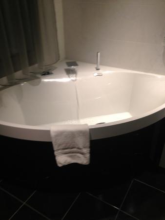Hotel Henry II Beaune Centre: Grande baignoire, la salle de bain était également équipée d'une grande douche