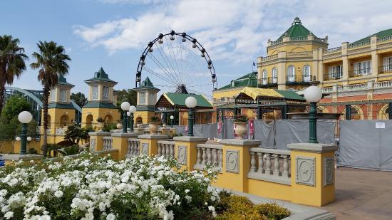 Southern Sun Gold Reef City Hotel: Blick auf Freizeitpark