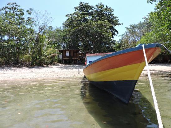 Daniel's Resort aka Daniel's Homestay: il bungalow visto dal mare