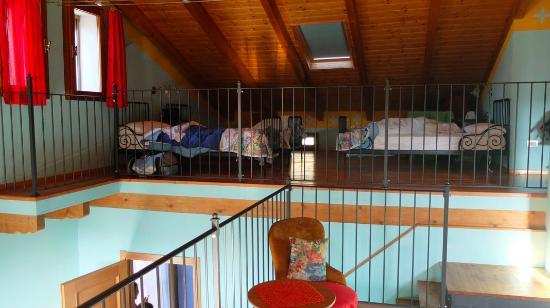 Castellero, Italia: camera nel soppalco dell'appartamento