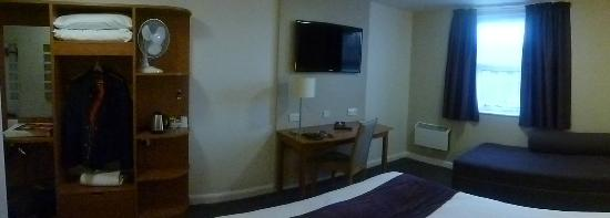 Premier Inn Stockport South Hotel: well laid out room ..