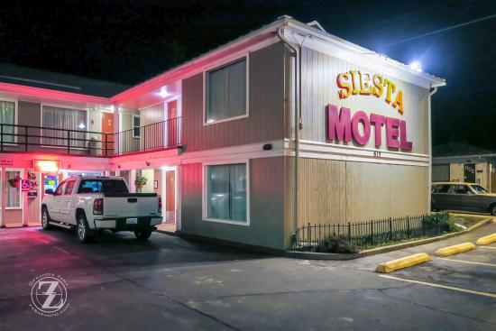 Colfax, WA: Siesta Motel entrance.
