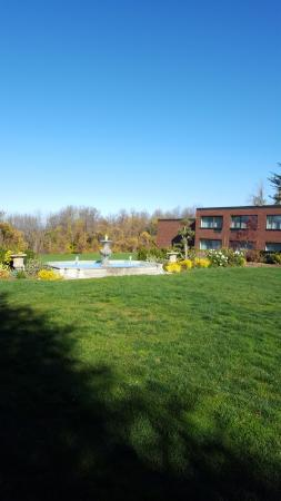 Glen Cove Mansion and Conference Center: Fountain and back garden