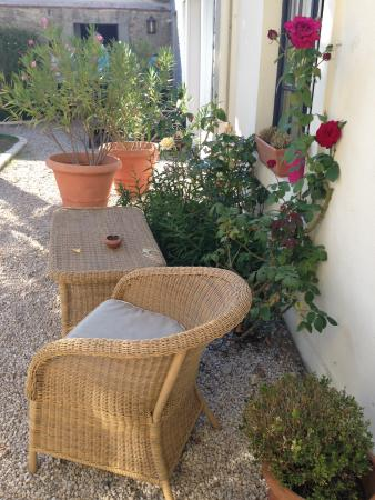 Hotel Au Charme Rabelaisien : Outdoor seating in the garden