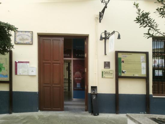 Alhama de Granada, Spain: Sábado: entrada abierta, pero la puerta interior de la oficina no. Domingo todo cerrado.