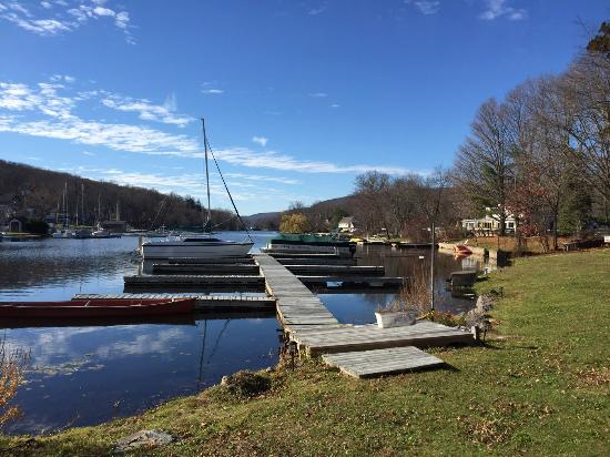 أنتونز أون ذا ليك إن كانتري آند مارينا: View of lake and boat dock.