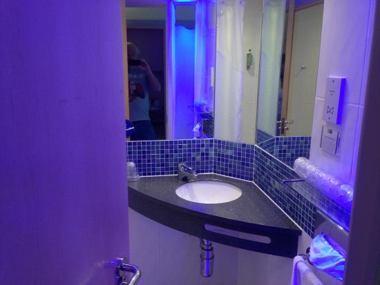 Holiday Inn Express Dunfermline: Bathroom