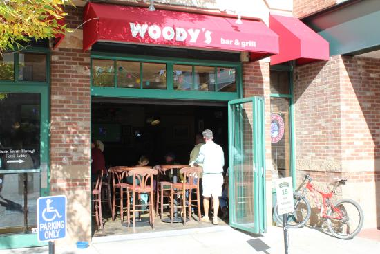 Woody's Bar and Grill : Exterior
