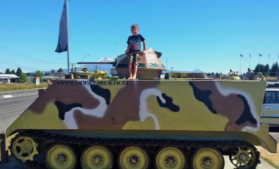 Waiouru, New Zealand: Tanks make great photo opportunities for kids