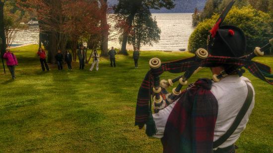 Millaqueo Luxury Villa : Show de un gaitero en pleno jardin con vista al lago