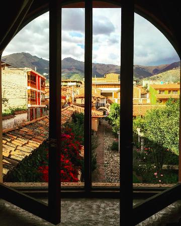 La Casona de San Jeronimo - Hotel Boutique: View from our room into the garden and alley