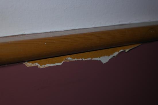 South Mimms, UK: Wall peeling off.