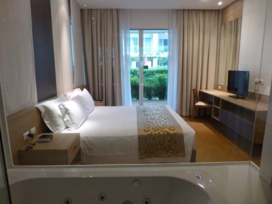 The Pelican Residence And Suites Krabi: Blick Vom Bad Durch Das Schlafzimmer  Zum Pool