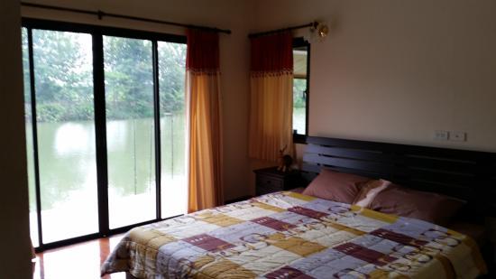Teak Tree Lake: Bedroom onto lake