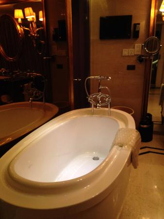 free standing bathtub - Picture of Pearl Hotel Starlake, Zhaoqing ...